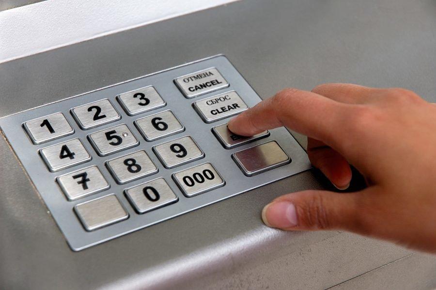 Банкомат зажевал карту: что делать?